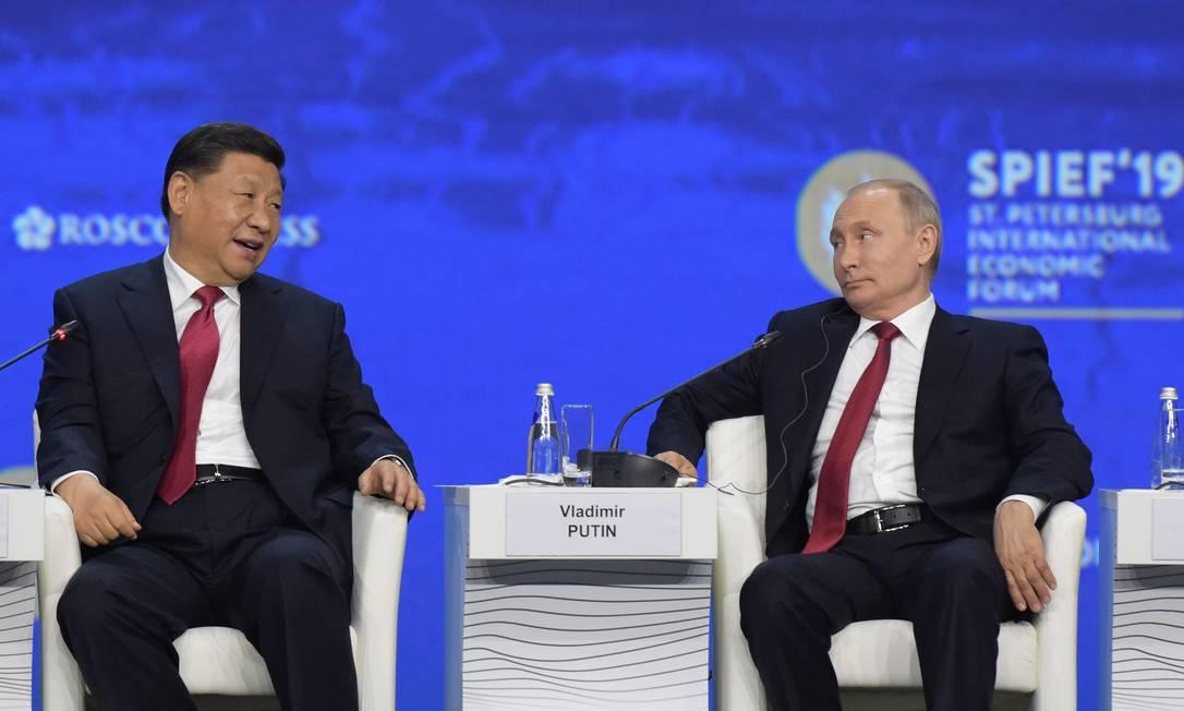 Os presidentes de Rússia, Vladimir Putin, e China, Xi Jinping, em painel no Fórum Econômico de São Petersburgo Foto: OLGA MALTSEVA / AFP 7-6-19