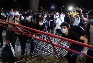 Manifestantes barram área perto do prédio do Conselho Legislativo de Hong Kong Foto: PHILIP FONG / AFP 10-5-19