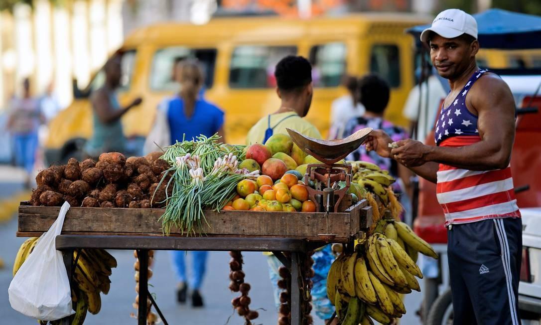 Vendedor de frutas e verduras em Havana; com importações reduzidas, faltam itens como frango, óleo, farinha e ovos Foto: YAMIL LAGE / AFP