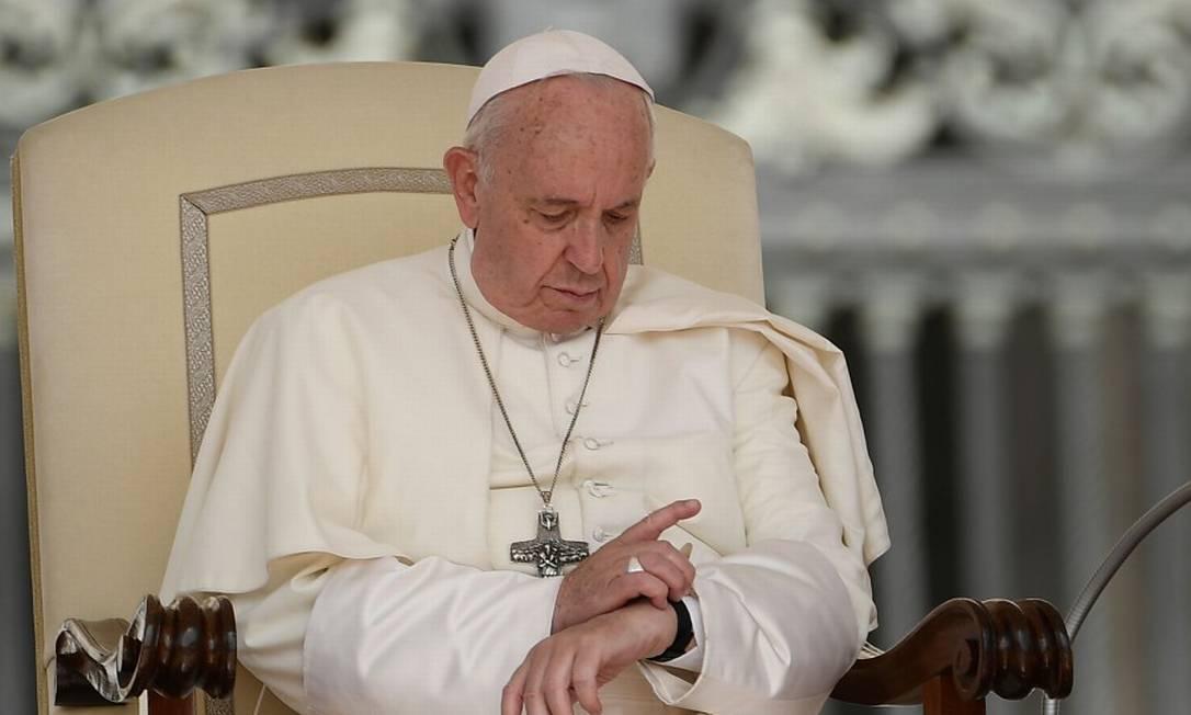 O Papa Francisco verifica o seu relógio durante uma cerimônia na Praça de São Pedro no Vaticano Foto: FILIPPO MONTEFORTE / AFP 12-6-19
