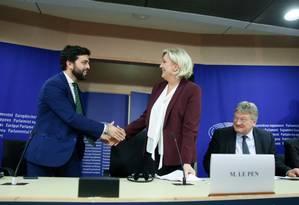 O italiano Marco Zanni, da Liga, aperta a mão da francesa Marine Le Pen durante uma entrevista coletiva em Bruxelas Foto: ARIS OIKONOMOU / AFP 12-6-19