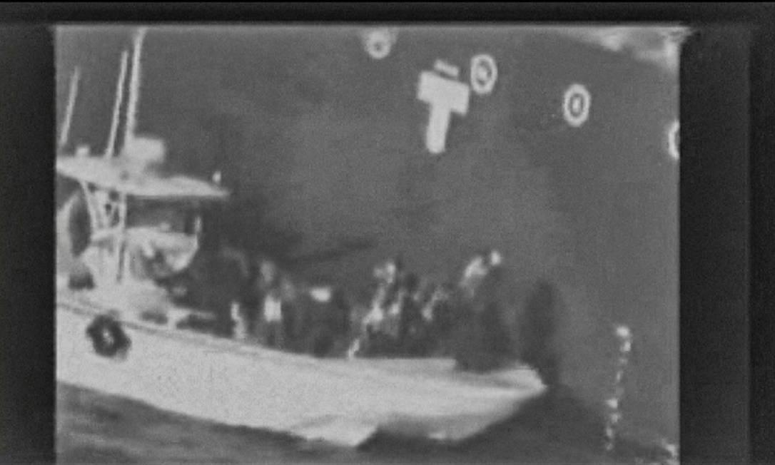 Imagem do vídeo divulgado pelo Comando Central das Forças Armadas dos EUA que, segundo Pentágono, mostraria integrantes da Guarda Revolucionária retirando uma mina do casco do navio Kokuka Courageous Foto: - / AFP