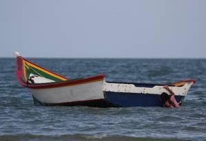 Uma jovem brinca com um barco em La Salina, onde Maroly Bastardo embarcou rumo a Trinidad e Tobago Foto: IVAN ALVARADO / REUTERS