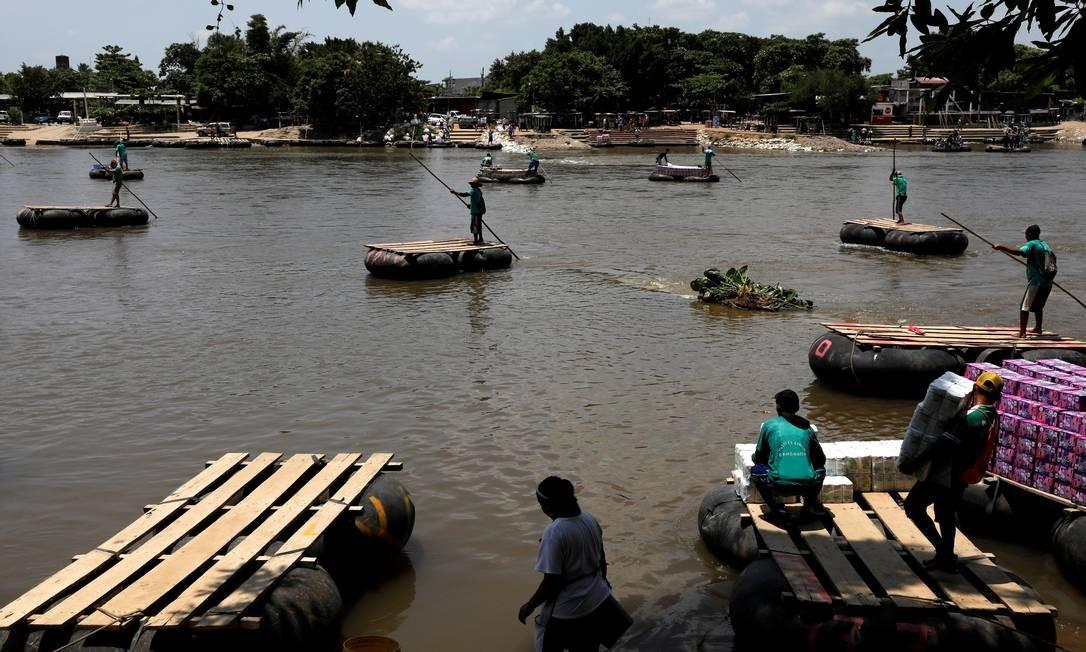 Pessoas atravessam o rio Suchiate da cidade de Tecun Uman, na Guatemala, para Ciudad Hidalgo, no México, em rota usada pelos imigrantes Foto: CARLOS JASSO / REUTERS