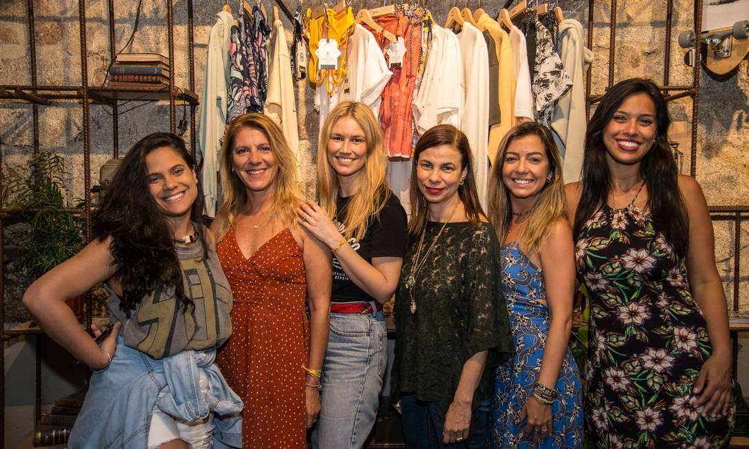 Suelen Gomes, à direita, e Natália Magalhães, penúltima à esquerda, criaram uma feira de moda em Portugal Foto: Ana Carvalho / Divulgação