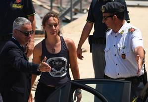 Carola Rackete é levada para depor em um tribunal da Sicília, na Itália Foto: GUGLIELMO MANGIAPANE / REUTERS