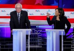 O ex-vice-presidente, Joe Biden o senador Bernie Sanders e a senadora Kamala Harris durante segunda noite do primeiro debate das primárias democratas Foto: Mike Segar / REUTERS 27-6-19