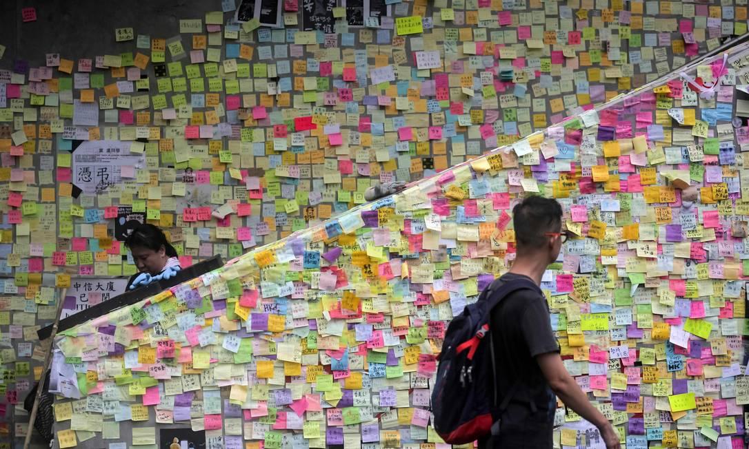 Mensagens de protestos deixadas por manifestantes nas paredes da sede do governo em Hong Kong Foto: VIVEK PRAKASH / AFP