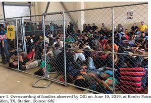 A imagem de um relatório do Departamento de Segurança Interna mostra famílias de imigrantes em um centro superlotado de McAllen, no Texas Foto: Escritório do Auditor Geral do Departamento de Segurança Interna / AFP