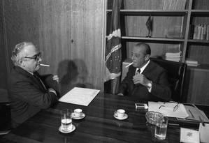 Chanceler Ramiro Saraiva Guerreiro (esquerda) e o presidente João Batista Figueiredo Foto: Orlando Brito / Agência O Globo / 25-01-1979