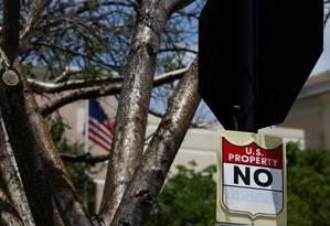 """Uma placa onde se lê """"propriedade americana, proibido ultrapassar"""", na sede de Miami da Imigração e Fiscalização Alfandegária americana Foto: MARCO BELLO / REUTERS"""