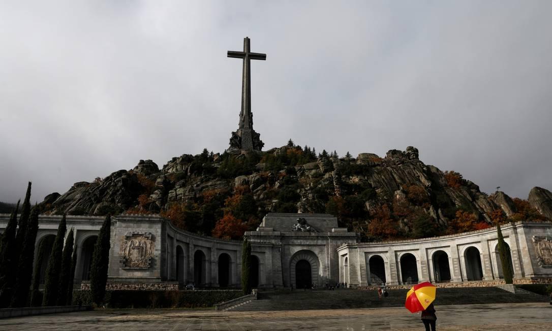 Mulher segura guarda-chuva no Valle dos Caidos, mausoléu onde estão restos mortais de Franco Foto: Susana Vera / REUTERS
