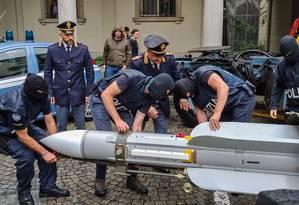 Polícia italiana exibe míssil, parte do arsenal apreendido em operação contra grupos de extrema-direita Foto: HO/Polizia di Stato / AFP
