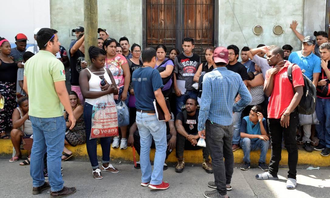 Imigrantes centro-americanos fazem fila para pedir refúgio na cidade de Tapachula, no México Foto: JOSÉ TORRES / REUTERS