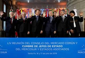 Presidente Jair Bolsonaro na foto de família na cúpula do Mercosul em Santa Fé, na Argentina; à direita, o presidente boliviano, o único a erguer a mão esquerda Foto: Alan Santos / Agência O Globo