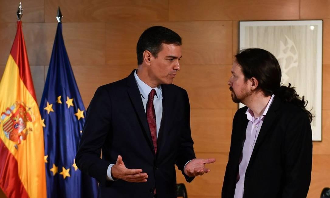 O primeiro-ministro espanhol Pedro Sánchez (e) conversa com o líder do Podemos Pablo Iglesias Foto: PIERRE-PHILIPPE MARCOU / AFP 9-7-19