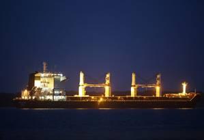 O navio iraniano Bavand, carregado com 48 mil toneladas de milho, é visto ancorado no porto de Paranaguá Foto: HEULER ANDREY / AFP 19-7-19