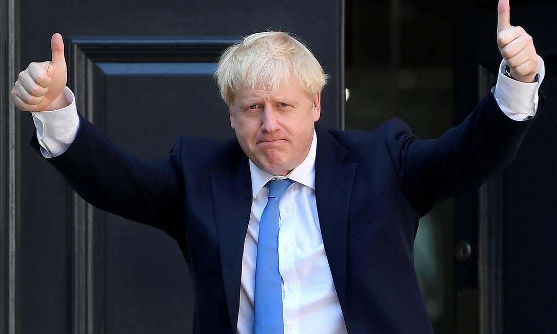 Johnson acena ao chegar à sede do Partido Conservador, depois que sua vitória na disputa interna foi anunciada Foto: Toby Melville / REUTERS