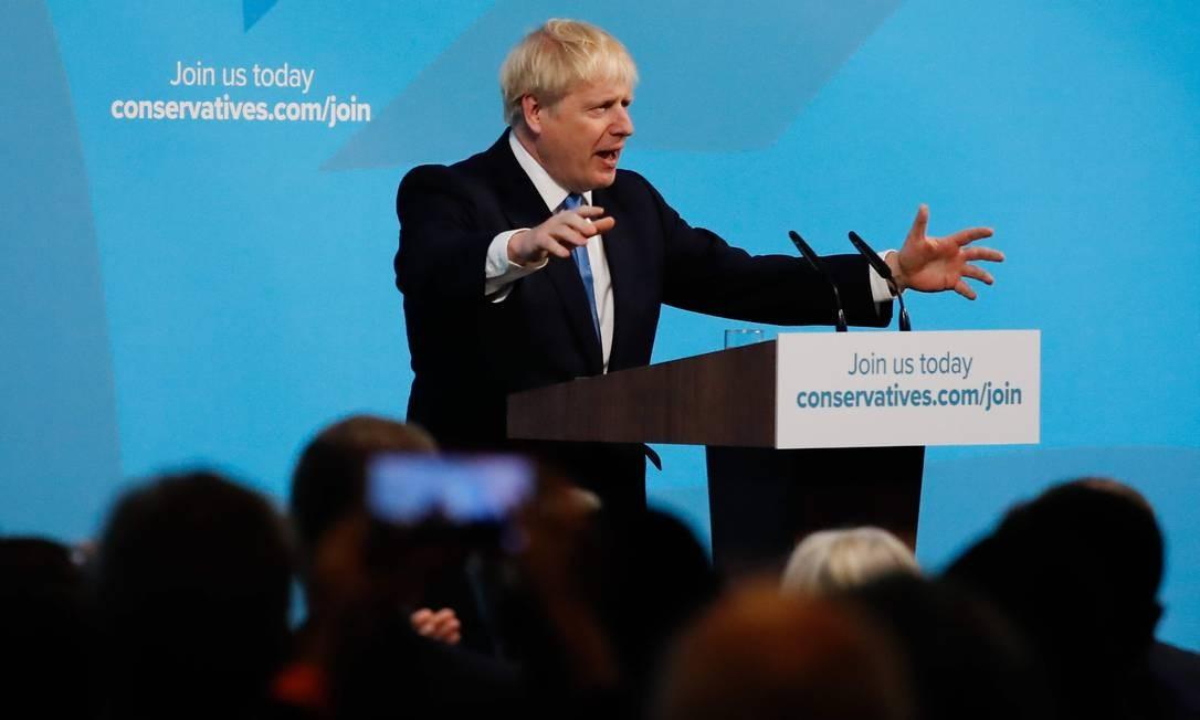 Johnson discursa para filiados do Partido Conservador depois de vencer a disputa interna para suceder Theresa May Foto: TOLGA AKMEN / AFP