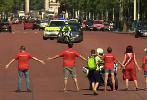 Manifestantes do Greenpeace bloqueiam combio de Boris Johnson a caminho do Palácio de Buckingham Foto: Reprodução