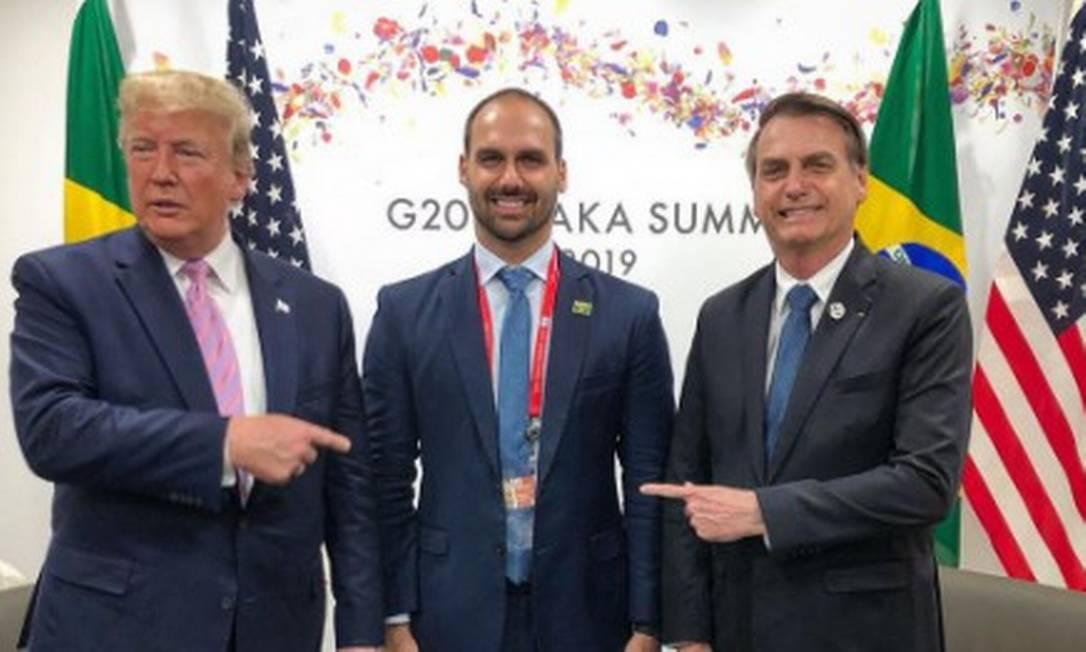 Donald Trump, Eduardo Bolsonaro e Jair Bolsonaro durante a cúpula do G-20 no Japão 28-6-19 Foto: Agência O Globo