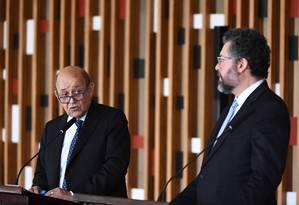Jean-Yves Le Drian (E) com o chanceler Ernesto Araújo: bolo do presidente Foto: EVARISTO SÁ / AFP/29-7-2019