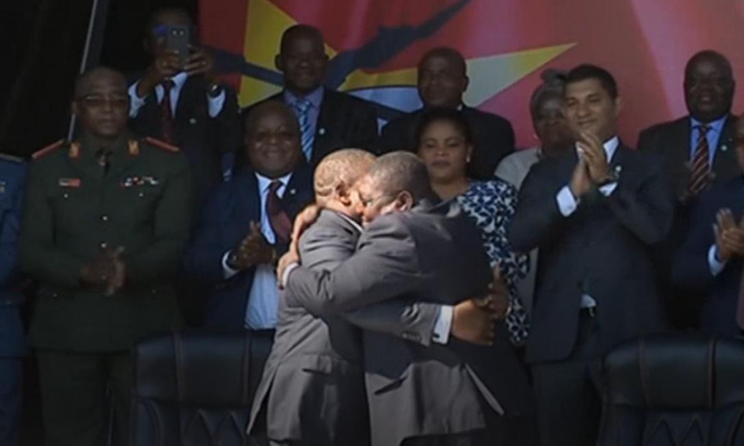 O presidente de Moçambique, Filipe Nyusi, e o líder da opositora Renamo, Ossufo Momade, se abraçam após a assinatura do novo acordo de paz nas montanhas Gorongosa Foto: Reprodução