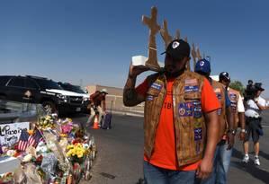 Membros de um grupo de motoqueiros carregam cruzes de papelão para um memorial dois dias depois de um ataque a tiros em El Paso, Texas Foto: CALLAGHAN O'HARE / REUTERS 7-8-19