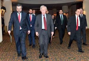 O chanceler Ernesto Araújo, o assessor internacional da Presidência Filipe Martins, o assessor de Segurança Nacional dos EUA, John Bolton, e, à direita de gravata vermelha, o enviado especial para a Venezuela dos EUA, Elliott Abrams Foto: Reprodução