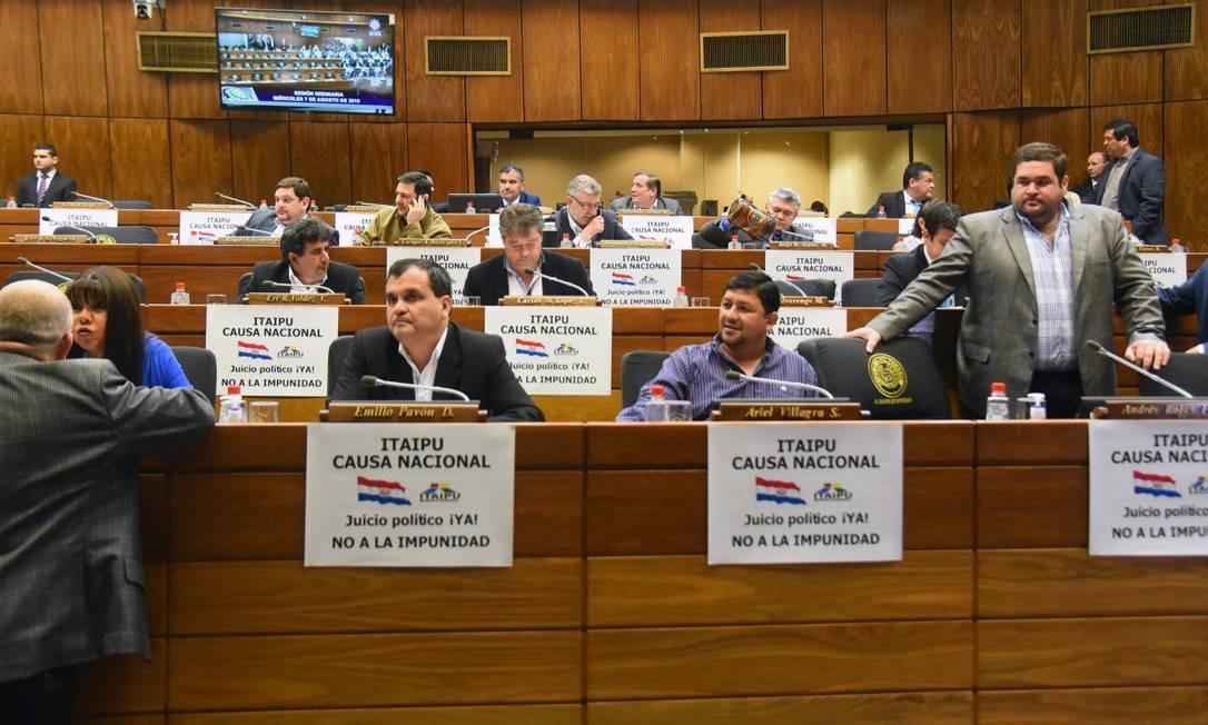 Deputados da oposição paraguaia com cartazes pedindo o impeachment do presidente Mario Abdo Benítez, após mensagens vazadas que apontam para um acordo no qual o país concordava em pagar mais pela energia de Itaipu Foto: NORBERTO DUARTE / AFP