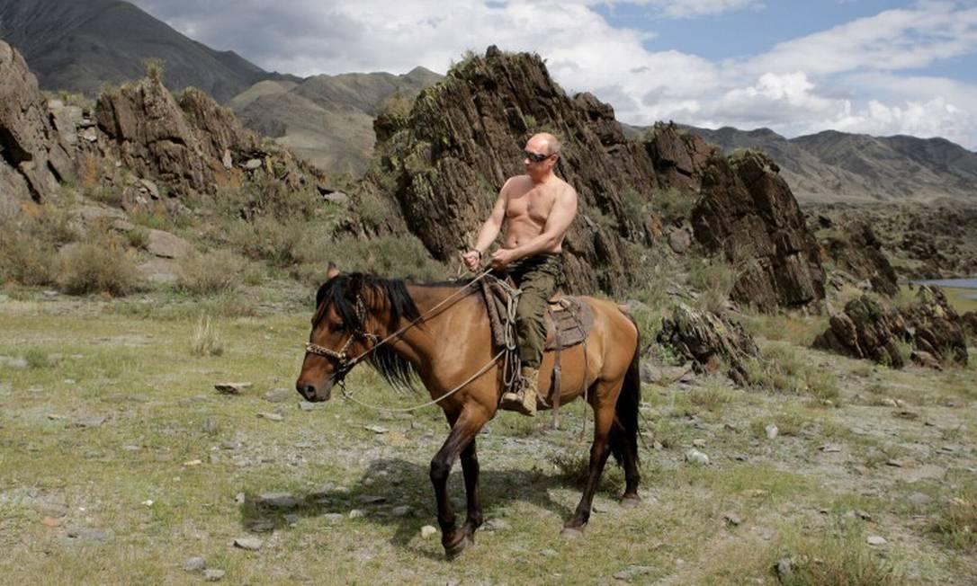 Vladimir Putin andando de cavalo durante férias na cidade de Kyzyl no Sul da Sibéria Foto: ALEXEY DRUZHININ / AFP 3-8-19