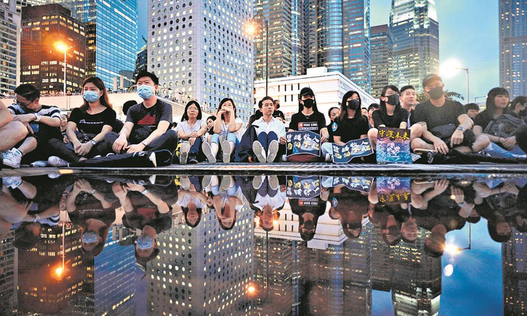 Trabalhadores de saúde participam dos protestos, que começaram há nove semanas contra uma lei de extradição e viraram um conflito assimétrico contra a segunda potência global Foto: Anthony Wallace / AFP 2-8-19