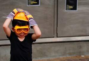 Criança usa capacete amarelo e camisa preta durante protesto no bairro de Tai Po em Hong Kong Foto: TYRONE SIU / REUTERS 10-8-19