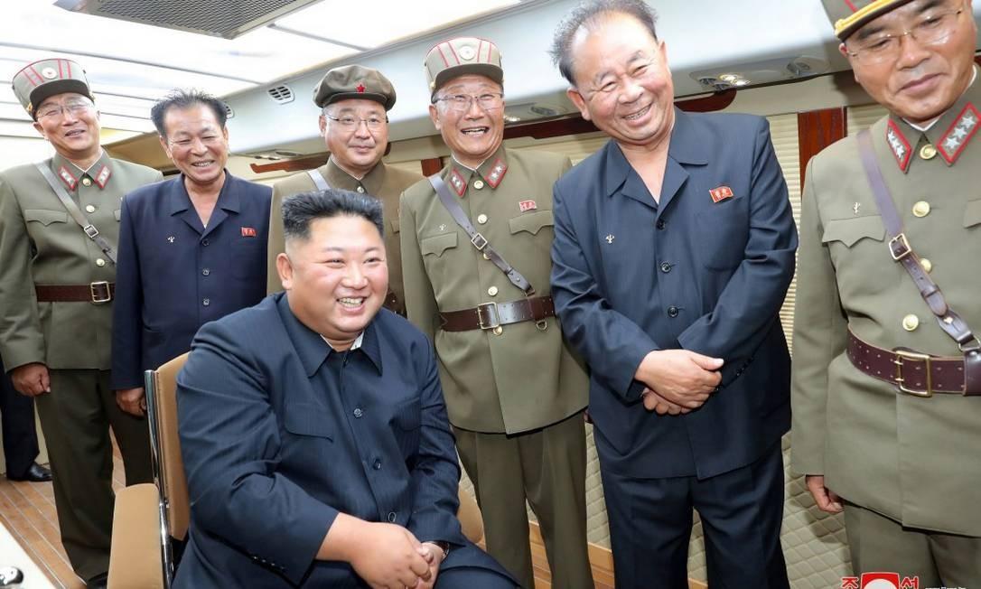 O presidente da Coreia do Norte, Kim Jong Un, e uma equipe de auxilares observam o lançamento de novos mísseis balísticos Foto: KCNA / REUTERS