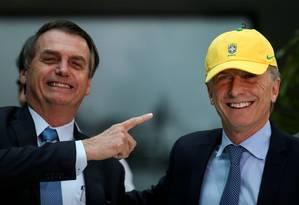 O presidente Jair Bolsonaro aponta para Mauricio Macri em uma visita a Buenos Aires em junho Foto: AGUSTIN MARCARIAN / Reuters 6-6-19
