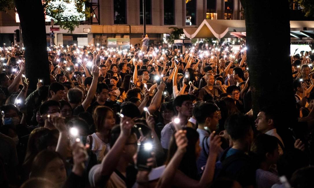 Manifestantes acendem as lanternas de seus celulares em protesto no centro de Hong Kong Foto: LAUREL CHOR / AFP 2-8-19