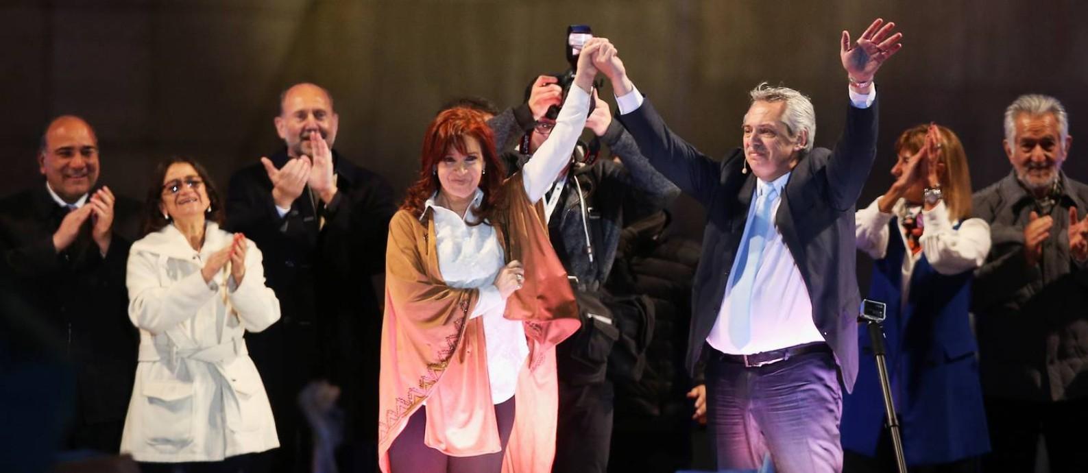Fernández levanta o braço de Cristina no última comício para as primárias de 11 de agosto, quando venceu o presidente Mauricio Macri por ampla margem Foto: AGUSTIN MARCARIAN / Reuters