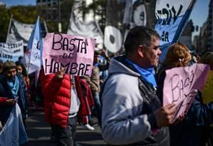 Manifestante contra presidente argentino Mauricio Macri carrega cartaz onde se lê 'basta de fome' Foto: RONALDO SCHEMIDT / AFP