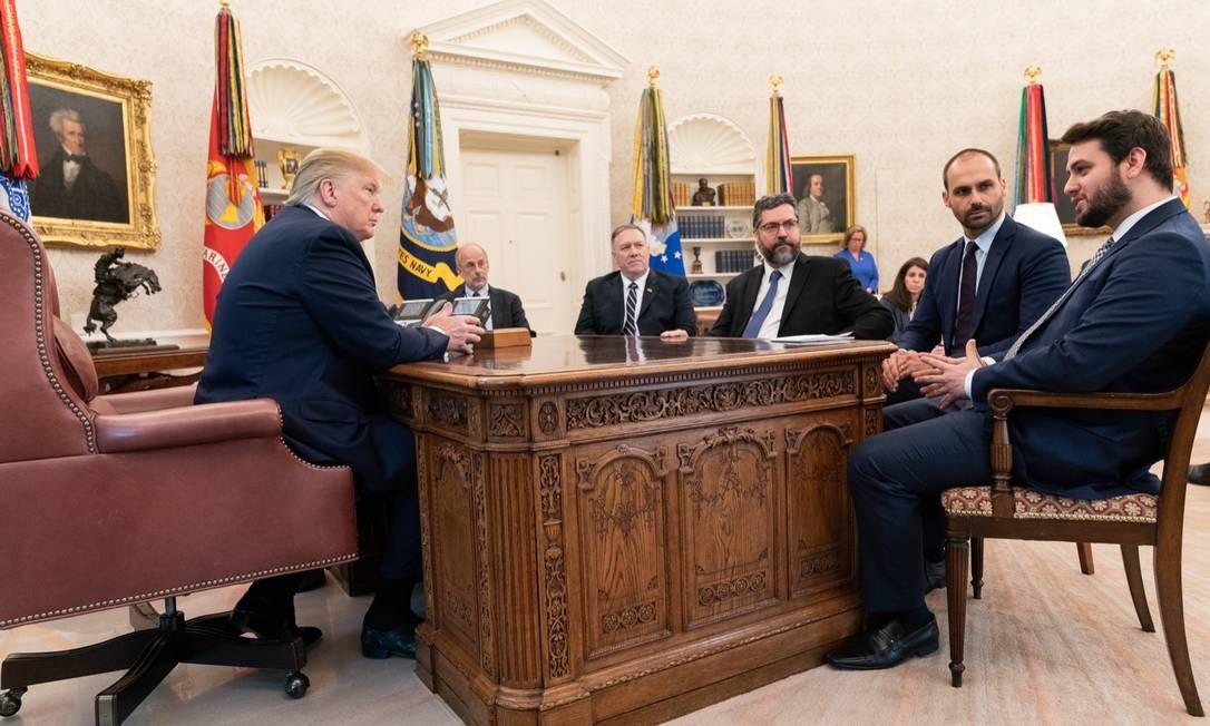 Trump no Salão Oval com seu secretário de Estado, Mike Pompeu (E), Ernesto Araújo, Eduardo Bolsonaro e Filipe Martins Foto: Casa Branca