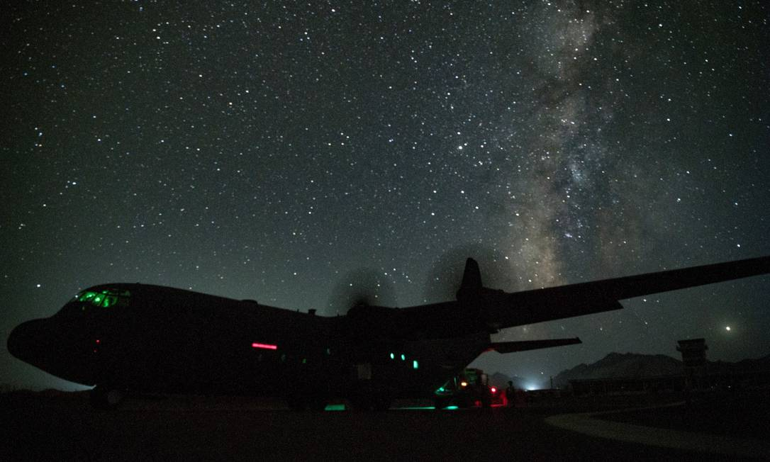 A C-130J Super Hercules military transport aircraft sits on the runway as supplies and personnel are offloaded at an undisclosed location in Afghanistan, August 2, 2019. Picture taken on August 2, 2019. Courtesy Keifer Bowes/U.S. Air Force/Handout via REUTERS ATTENTION EDITORS - THIS IMAGE HAS BEEN SUPPLIED BY A THIRD PARTY. Foto: US AIR FORCE / REUTERS