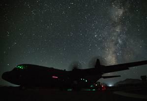 Um avião americano C-130J Super Hercules, de transporte militar, em um aeroporto não identificado no Afeganistão Foto: US AIR FORCE / REUTERS 2-8-19