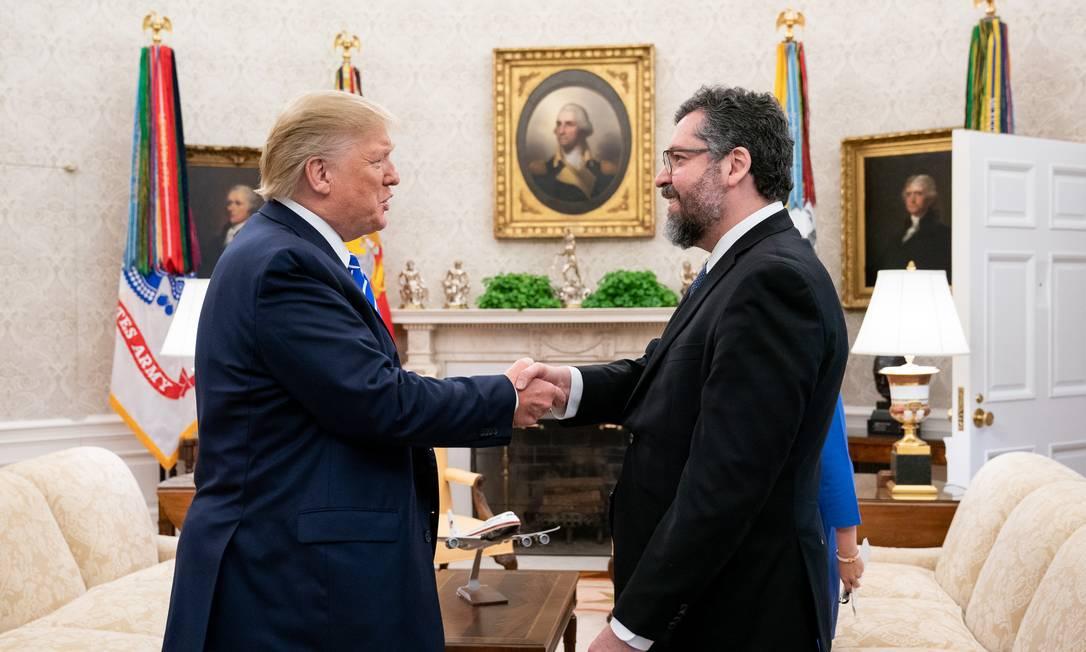 Araújo (D) com Trump na Casa Branca, na última sexta-feira Foto: Joyce N. Boghosian / Casa Branca