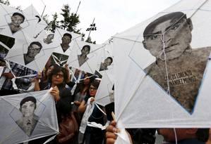 Pessoas seguram pipas com os rostos dos 43 estudantes desaparecidos em Ayotzinapa, no México Foto: EDGARD GARRIDO / Reuters 19-3-2015