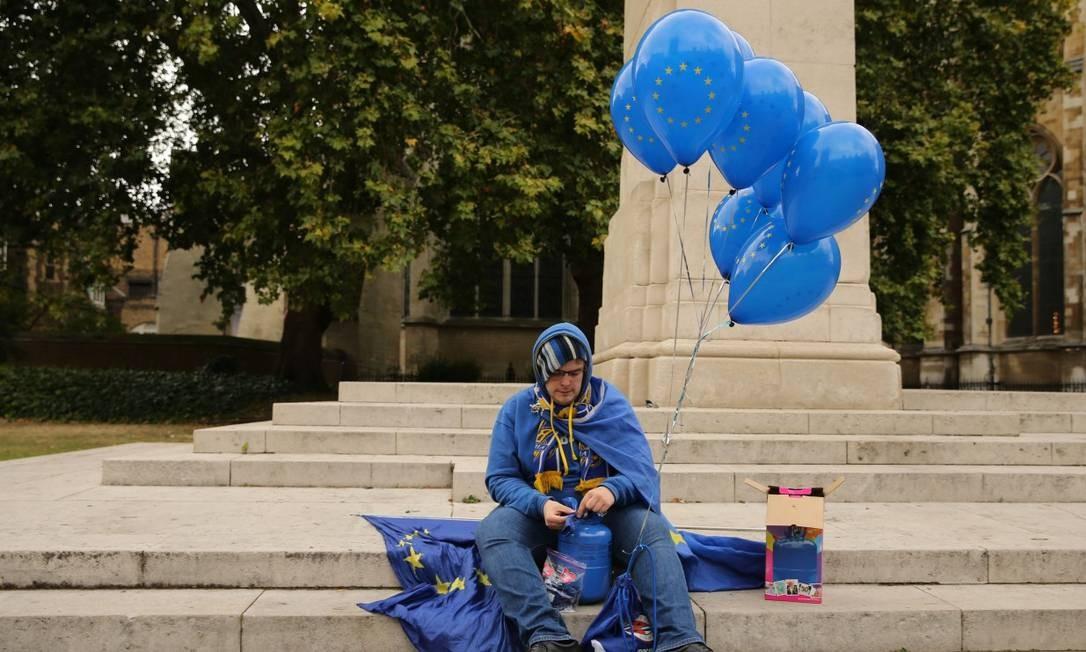 Um manifestante contra o Brixt infla seus balões nas cores da União Europeiaem frente ao Parlamento britânico em Londres Foto: ISABEL INFANTES / AFP 9-9-19