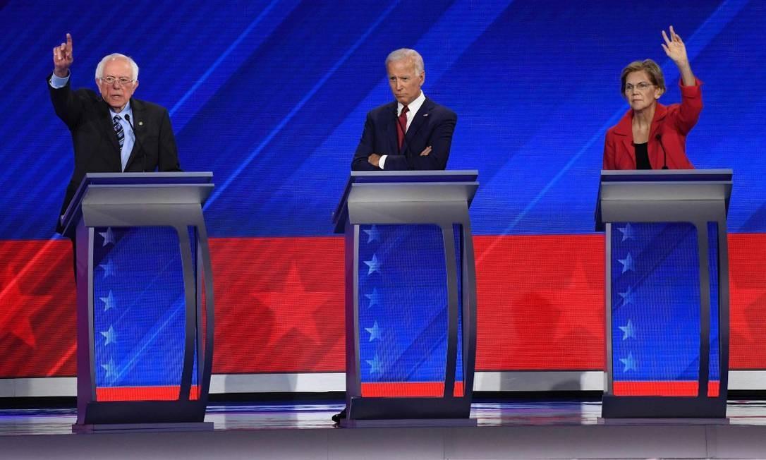 Candidatos democratas: o senador de Vermont Bernie Sanders, o ex-vice-presidente Joe Biden e a senadora de Massachusetts Elizabeth Warren, no debate democrata em Houston Foto: ROBYN BECK / AFP 13-9-19