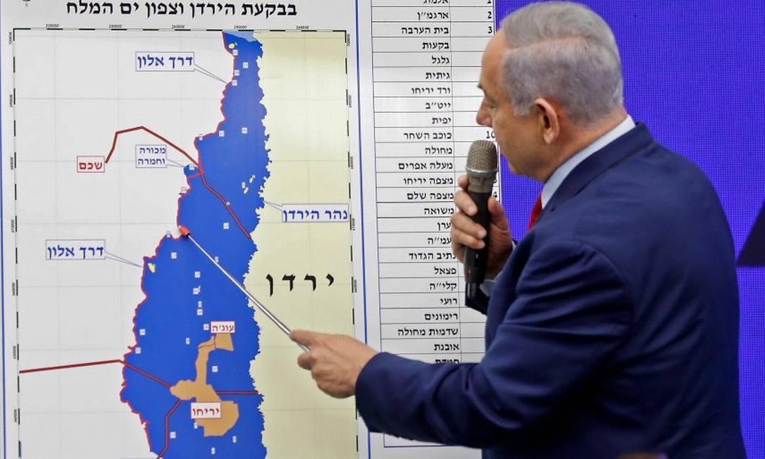 O premier de Israel, Benjamin Netanyahu, aponta para um mapa do Vale do Jordão, indicando regiões que pretende anexar se eleito Foto: MENAHEM KAHANA / AFP 10-9-19