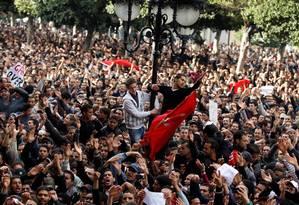 Manifestantes protestam contra o presidente da Tunísia Zine al-Abidine Ben Ali em Túnis em janeiro de 2014 Foto: ZOHRA BENSEMRA / REUTERS 14-1-2011