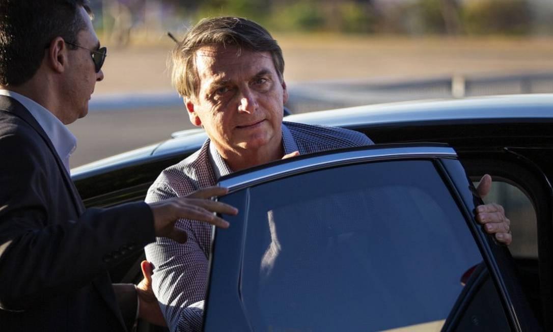 O presidente Jair Bolsonaro chega ao Palácio da Alvorada, em Brasília, nesta segunda-feira, apos se submeter a mais uma cirurgia em São Paulo Foto: Daniel Marenco / Agência O Globo