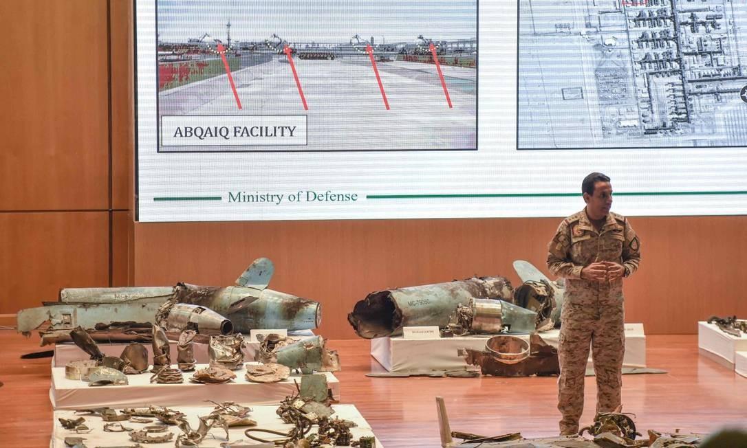 Destroços de míssies usados no ataque nas instalações petrolíferas de Aramco, apresentados em Riad Foto: FAYEZ NURELDINE / AFP