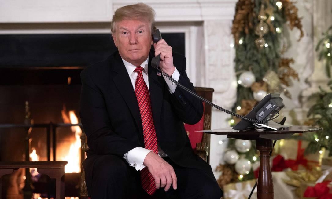 O presidente dos Estados Unidos, Donald Trump, participando de um programa de ligações durante o Natal de 2018 Foto: SAUL LOEB / AFP 24-12-18
